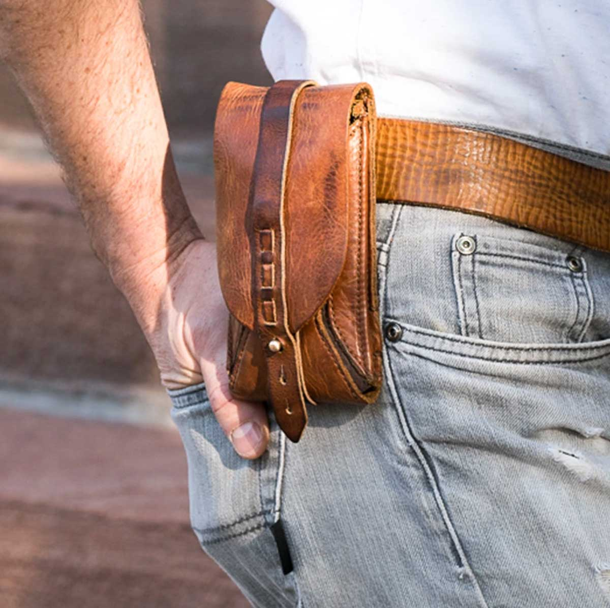 leather-phone-holster-from-embrazio